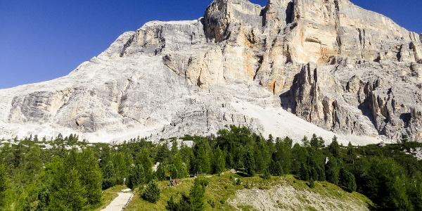 Unter den imposanten Felswänden des Heiligkreuzkofel zum Wallfahrtsort.