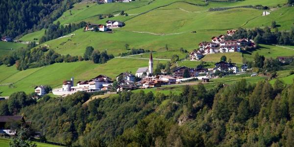 Martell Dorf über dem Tal. Unterhalb führt die kleine Familienwanderung vorbei.