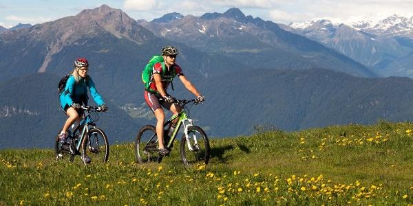 Mit dem Mountainbike von Schenna hinauf zur Streiweideralm und dem kleinen Bergweiler Videgg.