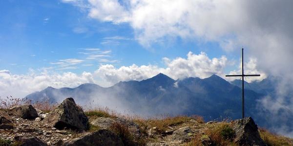 Der Peilstein hoch über dem Ultental.