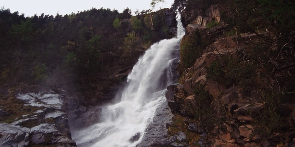 Tosend und wild stürzt er in die Tiefe, der große Barbianer Wasserfall.