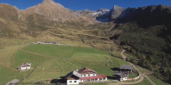 Die Hirzerhütte und gleichnamige Alm im äußeren Passeiertal.