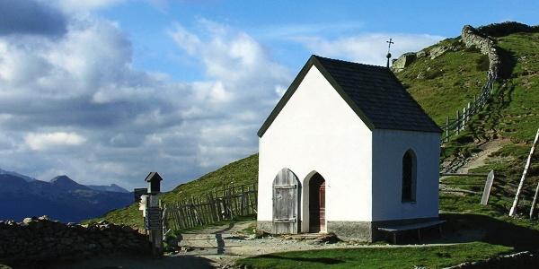 Das Totenkirchlein oberhalb vom Totensee auf der Villanderer Alm.