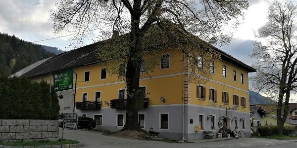 Start zur Variante 27a des Julius-Kugy-Dreiländerweges in Jenig beim Gh. Schabus – Südwestansicht