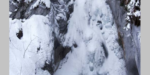 Der winterliche Tatzelwurm-Wasserfall