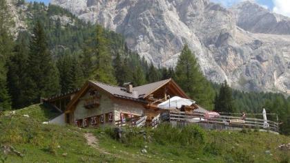 Zum traumhaft gelegenen Rifugio Contrin am Fuße der Marmolada.