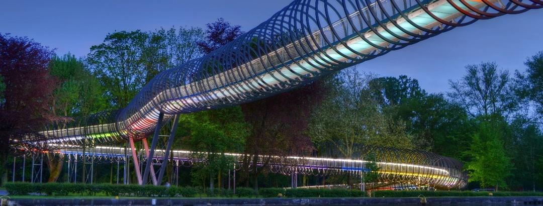 Slinky Springs to Fame über den Rhein-Herne-Kanal in Oberhausen / NRW