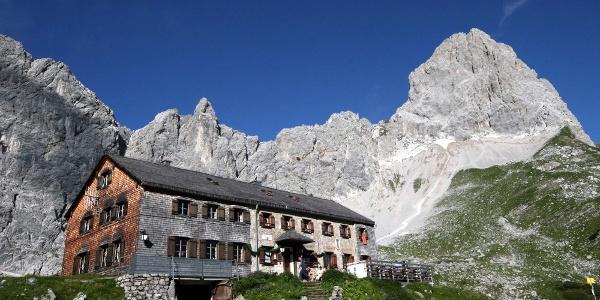 Lamsenjochhütte mit (hinten rechts) dem Klettergarten Dreamland am Fuß der Ostwand