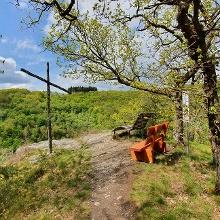 Kreuz auf der Hoch-Lay mit Aussicht- und Rastplatz