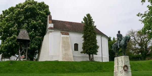 Az evangélikus templom és Kinizsi Pál szobra Nagyvázsonyban