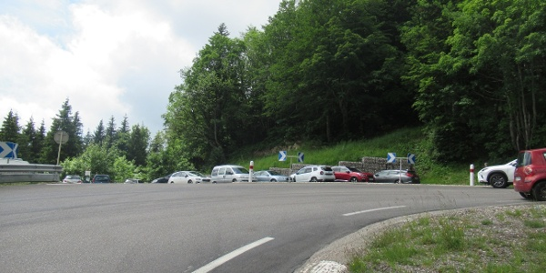 parking du Pailly (vu dans le sens Gex - Col de la Faucille)  sur la gauche en montant.