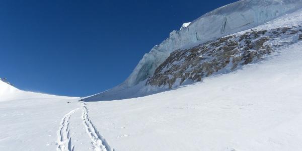 Die letzten Höhenmeter ziehen sich ordentlich - vorbei geht es unterhalb des Eiswulstes.