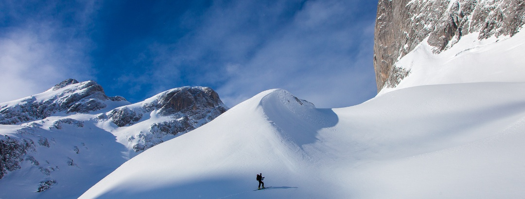 Einsame Winterlandschaft unter der Torsäule