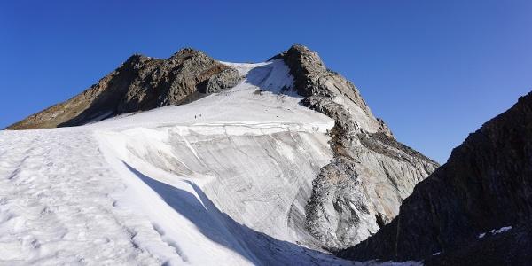 Am Hintereisjoch, hier kommt der Weg vom Rifugio Bellavista hoch. Hinten das steile Matscher Wandl.
