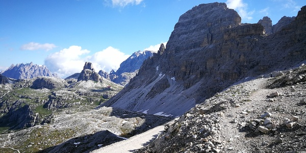 Blick vom Paternsattel auf den oberen Zustiegsweg und Paternkofel mit der Nordwestkante