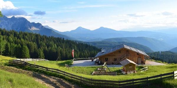Mehr als idyllisch liegt die Almhütte Messnerjoch im Rosengarten Latemar Gebiet.