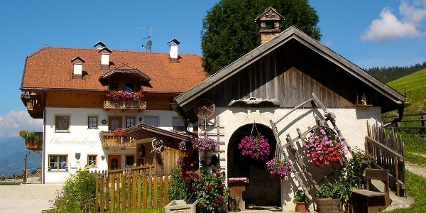Die achte Generation der Familie Schuster heißt Sie herzlich willkommen am Oberredensberg Hof in Rasen-Antholz.