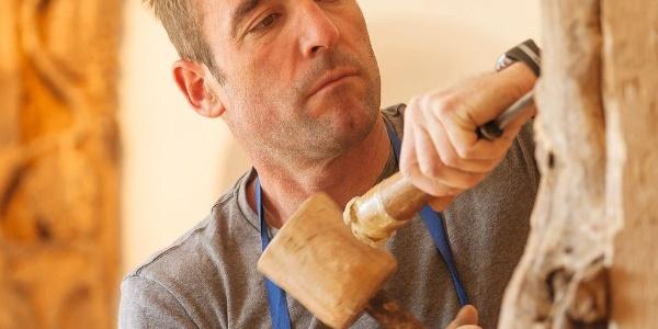 Präzise Holzschnitzerei ist die Berufung von Herrn Kerschbaumer am Thalerhof.