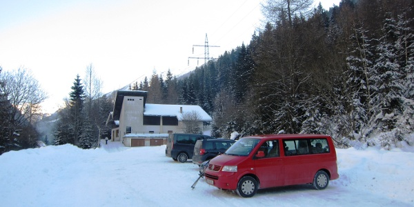 Parkplatz (gebührenfrei) bei der ehemaligen Talstation des Zirog-Liftes.