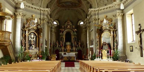 Das pietätvolle Kirchenschiff der Kirche.