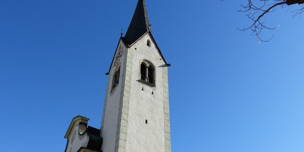 Der Glockenturm der Kirche in St. Vigil.