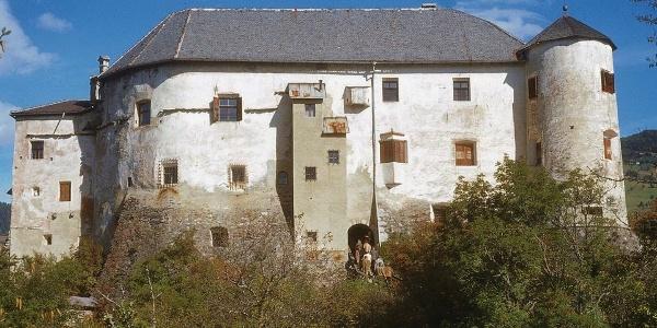 A deep ditch and high walls, the Castel Rodéngo.