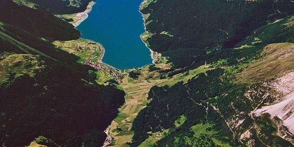 Blick über den Reschenpass nach Süden zum Reschenstausee.