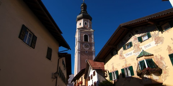 Der Glockenturm überragt weit das Dorf Kastelruth