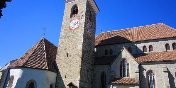Alt trifft neu: der Granitanbau bildet die neue Pfarrkirche