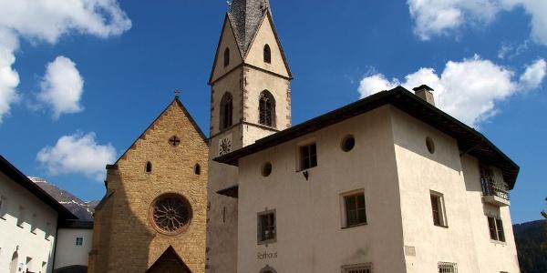 Die Pfarrkirche von Proveis wurde aus gelbem Sandstein erbaut. Der Kirchturm ist freistehend.