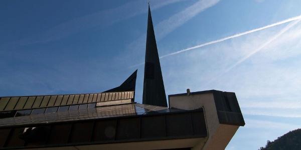 Die Pfarrkirche zum Hl. Josef Freinademetz in Milland bei Brixen, ungewohnt moderne Architektur.