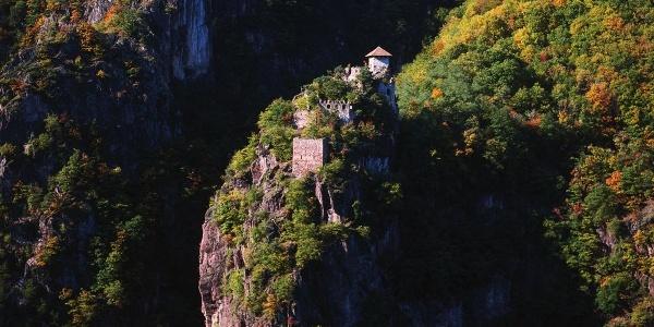 Burg Festenstein ist auch für Wanderer nur über einen steilen Pfad zu erreichen.
