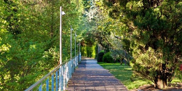 Eine breite Promenade führt vom Zentrum Lanas in die Gaulschlucht.
