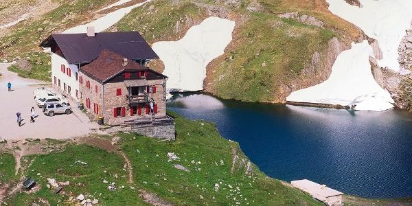Das Pfitscher-Joch-Haus mit seinem See