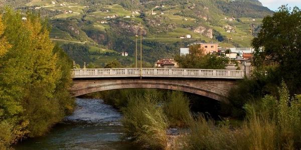 Die Drususbrücke in Bozen überspannt die Talfer.