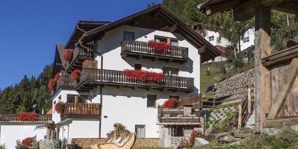 Herzlich Willkommen im Waldheim Alpine Appartements oberhalb von Brixen bei Afers.