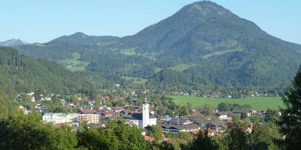 Blick auf Oberaudorf - im Hintergrund der Wildbarren
