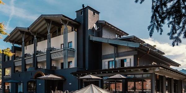 Bereits von außen zieht das moderne Anet Hotel neugierige Blicke auf sich.