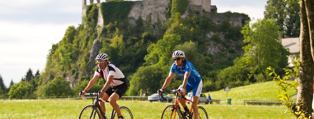 Radfahren vor Ruine Finkenstein