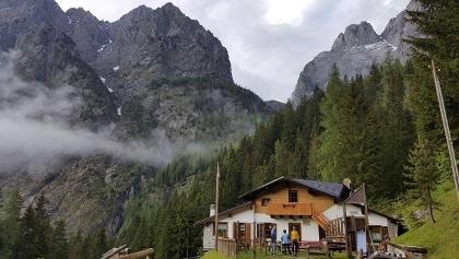 der Rif. Tolazzi - im Hintergrund die Berge Seekopf (li.) und Seewarte - Südansicht