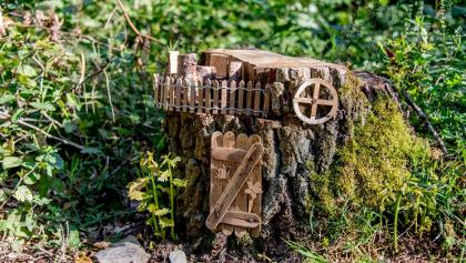 Verstecktes Hobbithaus unter der Kugelbahn