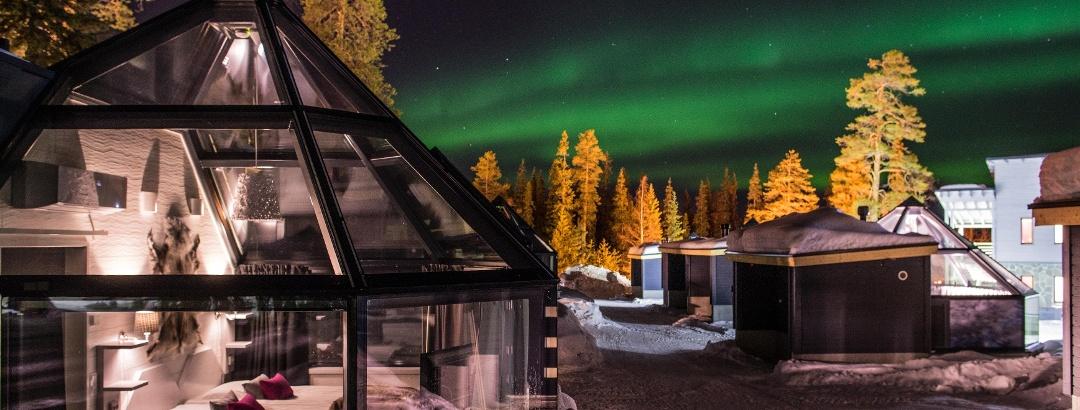Santa's Hotel Auroran yhteydessä on 10 upeaa lasikattoista iglua, josta voi tarkkailla taivaalla tanssivia revontulia.