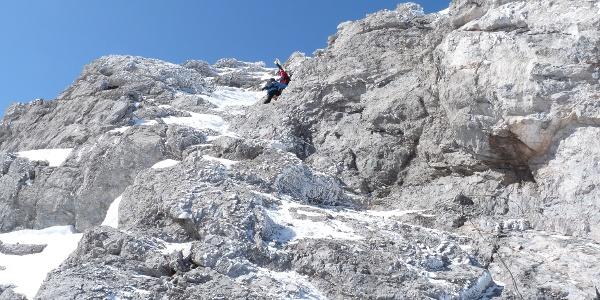 Sehr steil geht es zu Fuß durch Fels-, Eis- und Schnee.