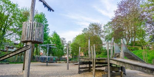 Auf diesem Abenteuer-Spielplatz können Kinder in eine Pirantenwelt eintauchen