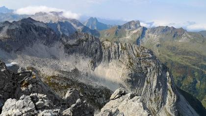 Blick auf den Wiedemer Kopf, Höfats und die umliegende Gipfel, von der nördlichen Fuchskarspitze