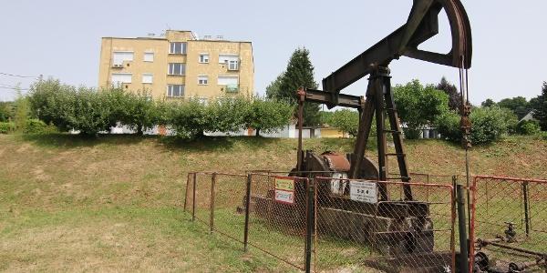 Bázakerettyén még a lakóházak között is találni olajkutat