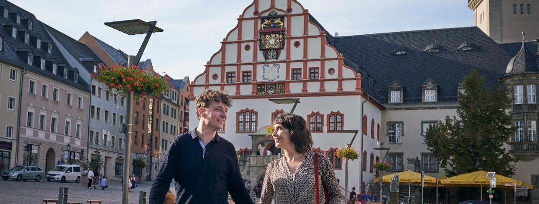Pärchen vor Altem Rathaus in Plauen