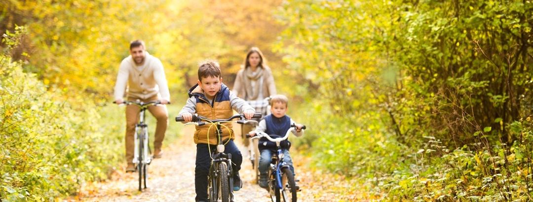 A vélo en famille sur les sentiers de randonnée dans l'Ain