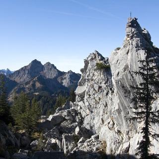 Schroffes Felsengelände im Gipfelbereich des Hennenkopfs