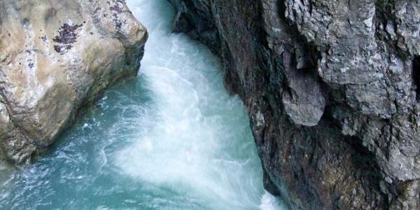 tosendes Wildwasser der Breitach